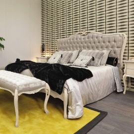 Smetanová dřevěná postel