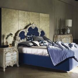Vysoká postel s vyřezávanými ornamenty